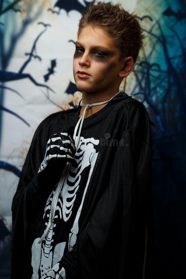 Viering van vakantie Halloween, de leuke 8 jaarjongen in het beeld, kostuum, het skeletthema, de vampier, knuppelconcept stock afbeelding