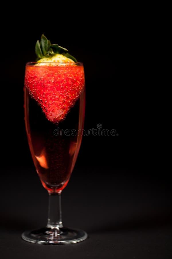 Vieringsdrank De roze mousserende wijn van Champagne met aardbei royalty-vrije stock foto