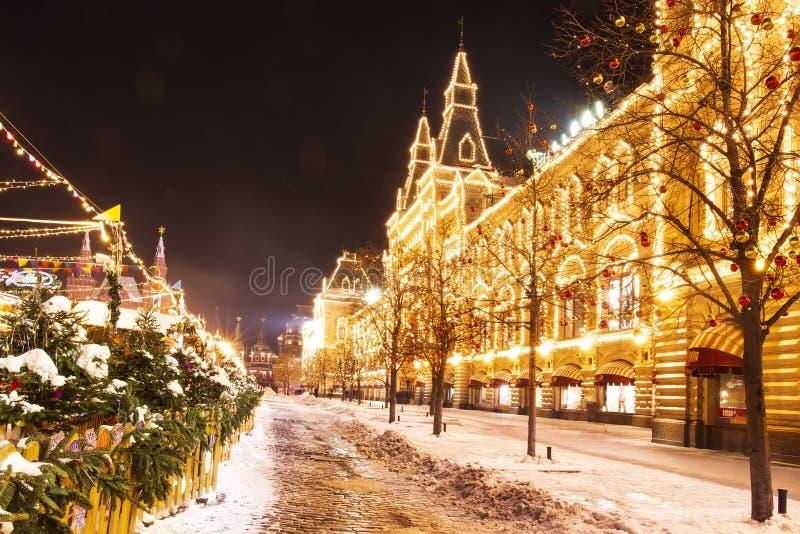 Vieringslichten en decoratie op Rood Vierkant voor feestelijk Kerstmis en Nieuwjaar Het glanzen gele lichten op voorgevelgom royalty-vrije stock fotografie
