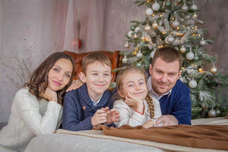Vierköpfige Familie über angenehmer Weihnachtsdekoration lizenzfreie stockfotos