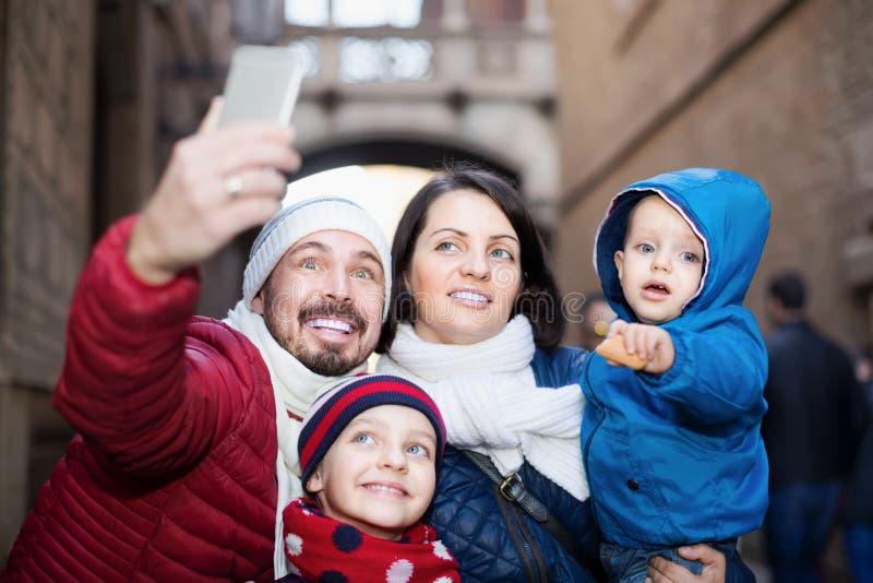 Vierköpfige Familie, die draußen selfie tut stockfotos