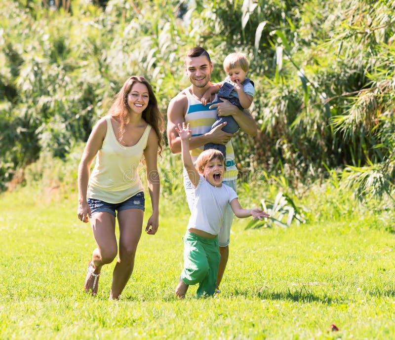 Vierköpfige Familie im sonnigen Park stockbilder