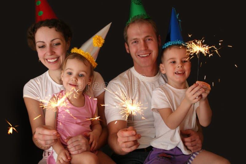 Vierköpfige Familie mit Sparklers stockfotografie