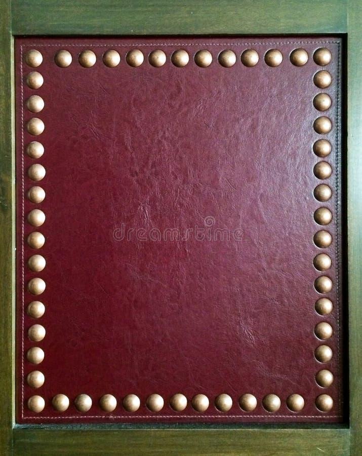 Vierkant Houten Kader met Luxe Rode Leer en Groep Gouden Metaalknopen met Exemplaarruimte op Rood die Leer als Malplaatje wordt g stock afbeelding