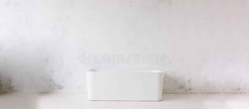 Vierkant kader van moderne badkamers met freestanding witte badkuip op achtergrond van de zolder de rustieke muur met de spiegel  royalty-vrije stock fotografie