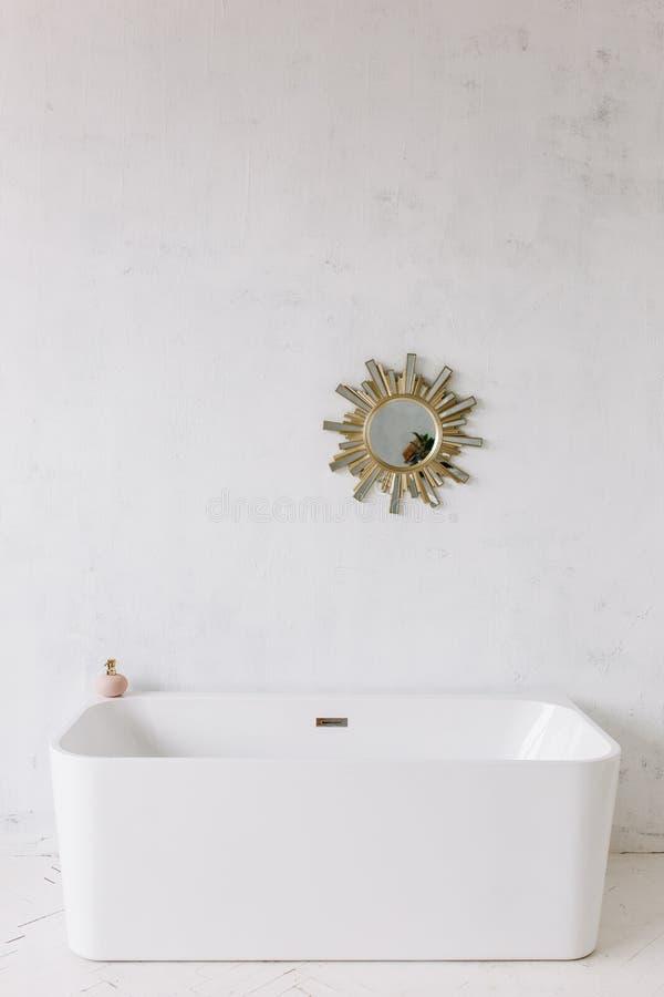 Vierkant kader van moderne badkamers met freestanding witte badkuip op achtergrond van de zolder de rustieke muur met de spiegel  stock foto's