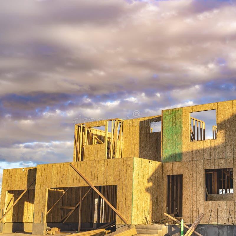 Vierkant kaderkader van een onvolledig huis zonder dak bij een bouwwerf royalty-vrije stock foto's