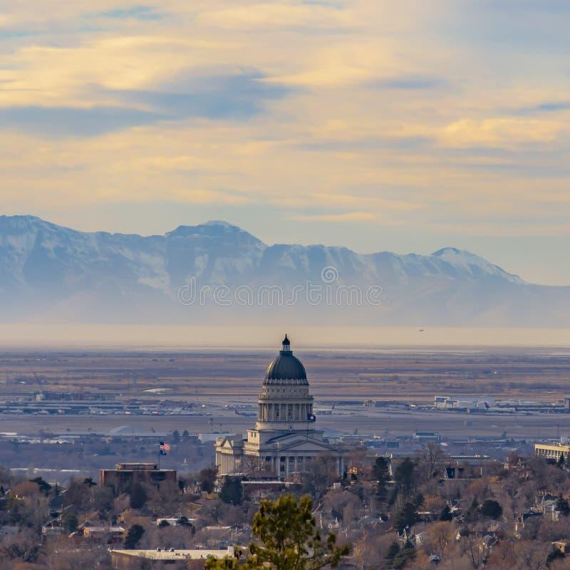 Vierkant kaderpanorama van Salt Lake City van de binnenstad tegen majestueuze berg en bewolkte hemel royalty-vrije stock foto