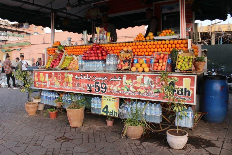 Vierkant in Marrakech - een box met vers fruit en vers vruchtensap stock foto