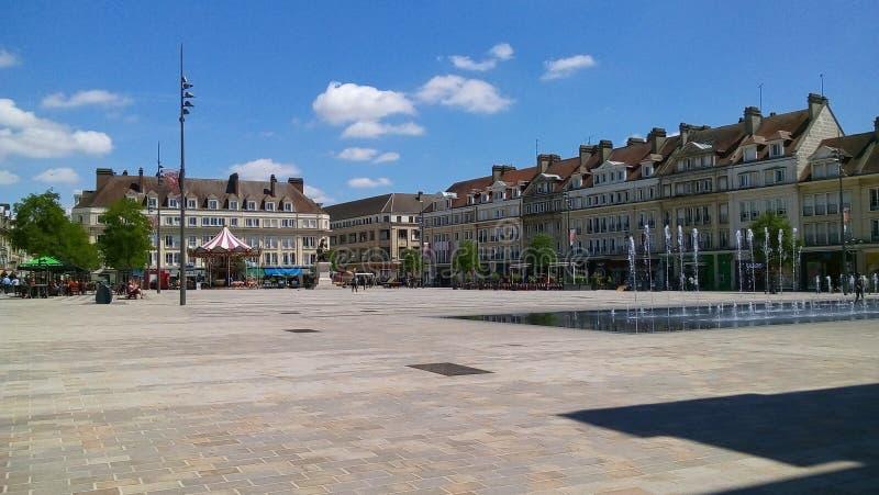 Vierkant met Europese architectuur op een zonnige dag stock foto