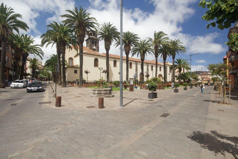 Vierkant met fontein dichtbij de kerk van de Onbevlekte Ontvangenis in de stad van La Laguna op het eiland van Tenerife stock foto