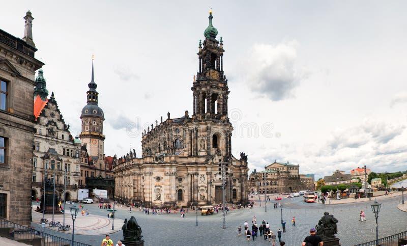 Vierkant met Kathedraal van de Heilige Drievuldigheid (Katholische Hofkirche) in Dresden royalty-vrije stock afbeeldingen