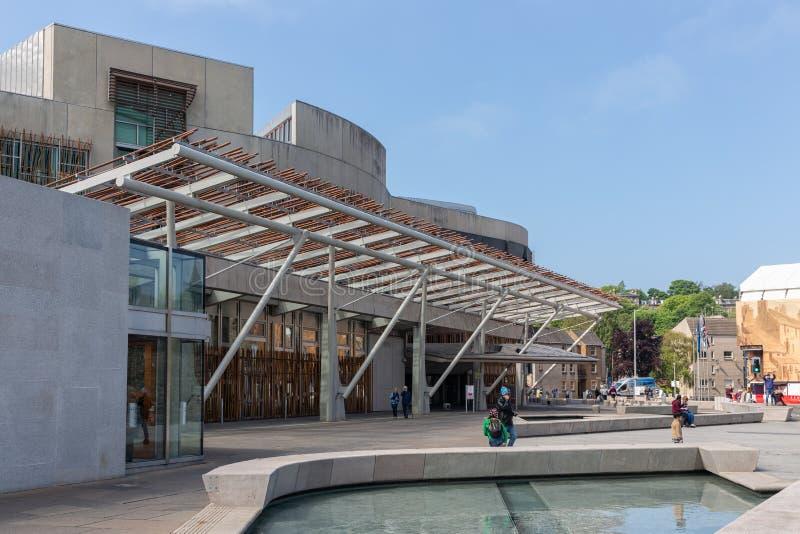 Vierkant met vijver voor het Schotse Parlement die Edinburgh bouwen royalty-vrije stock foto's