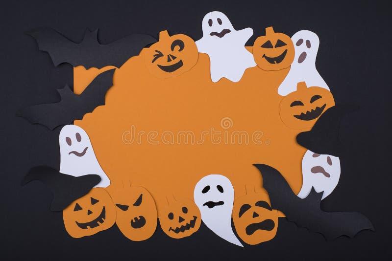 Vierkant oranje kader van met de hand gemaakte afschuwelijke het glimlachen geesten, spoken en het lachen pompoen op een zwarte d stock foto's