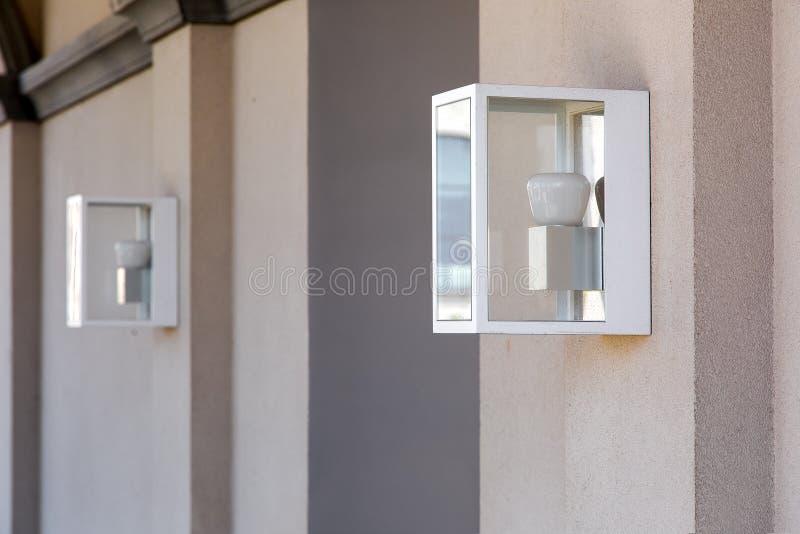 Vierkant scharnierende lantaarn op de muur royalty-vrije stock afbeeldingen