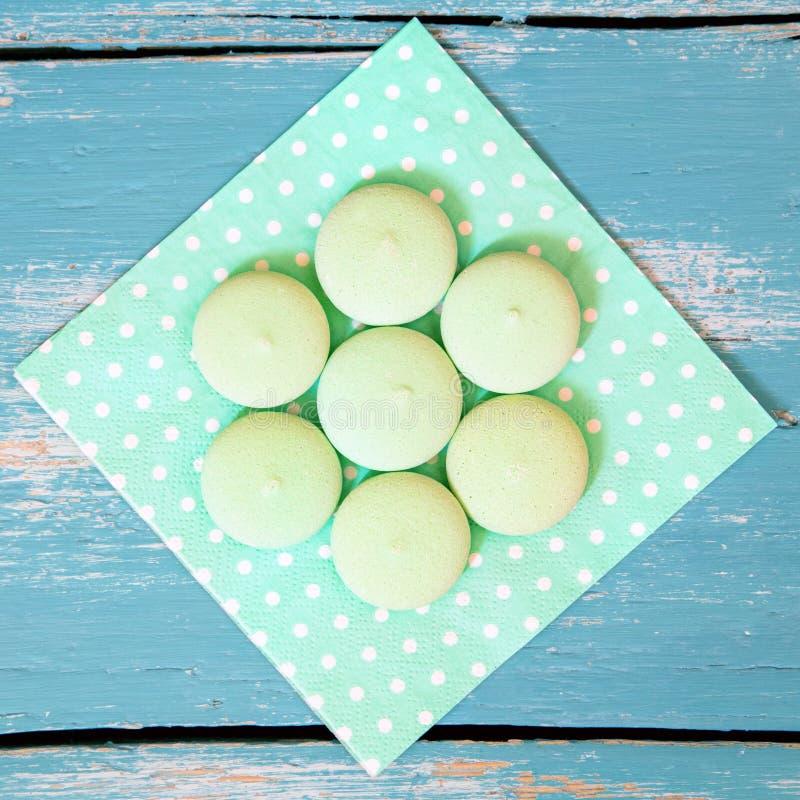 Vierkant van groene koekjes of koekjes op een gestippeld servet, blauwe bac royalty-vrije stock afbeelding