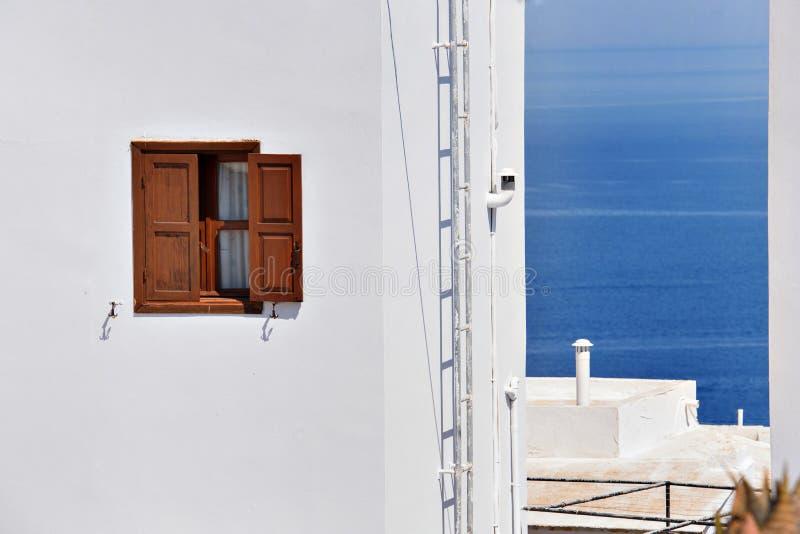 Vierkant venster op een witte muuroverzees als achtergrond royalty-vrije stock foto