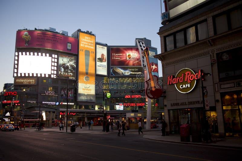 Vierkant yonge-Dundas in Toronto bij schemer royalty-vrije stock foto