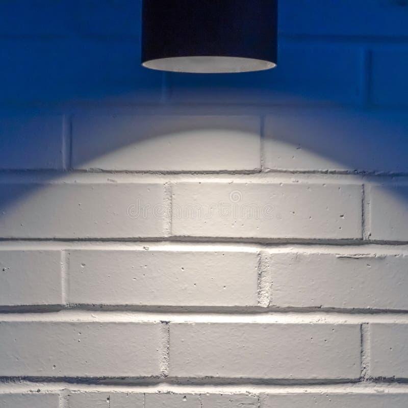 Vierkant Zwart cilindrisch licht tegen een witte muur in Eagle Mountain Utah royalty-vrije stock afbeeldingen