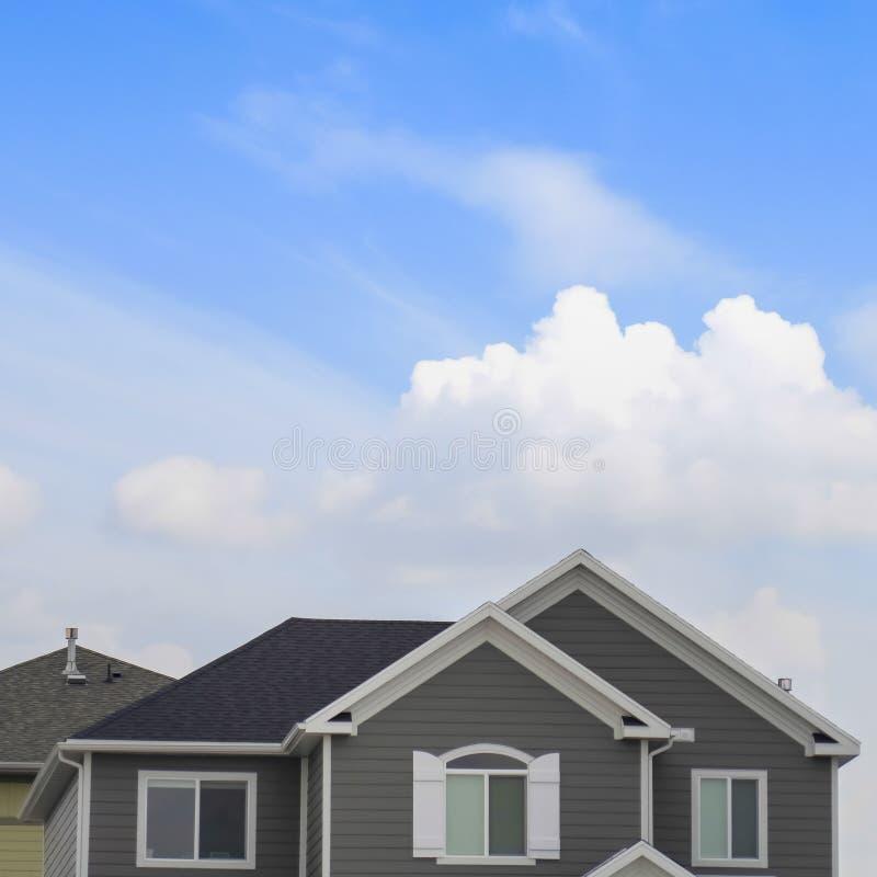 Vierkante Buitenkant van de hoogste vloer van een huis met blauwe hemel en heldere wolkenachtergrond stock foto