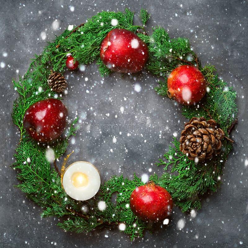 Vierkante de groetkaart van het Kerstmisnieuwjaar Feestelijke kleurrijke botanische vakantiekroon Sneeuw van de de kegelsgift van royalty-vrije stock foto's
