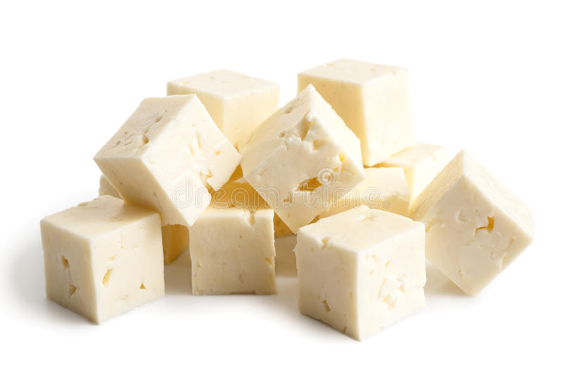 Vierkante die kubussen van feta-kaas op wit wordt geïsoleerd stock foto's