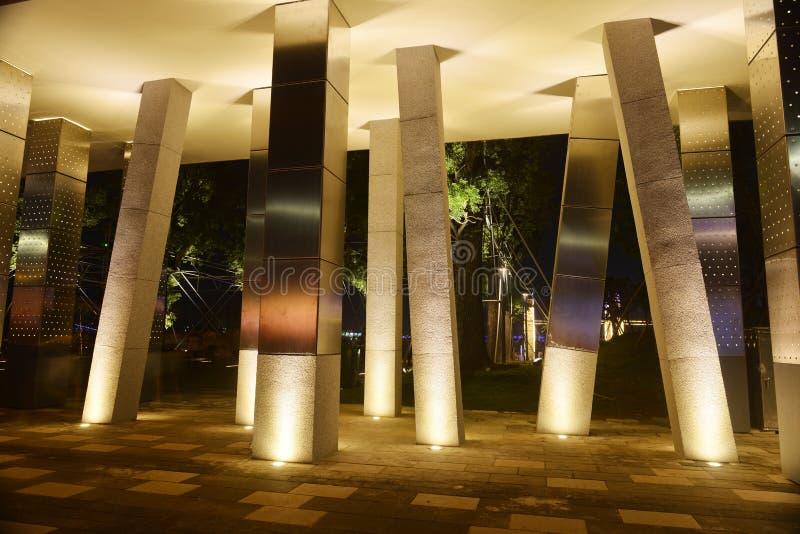 Vierkante kolom en geleid vleklicht stock afbeelding