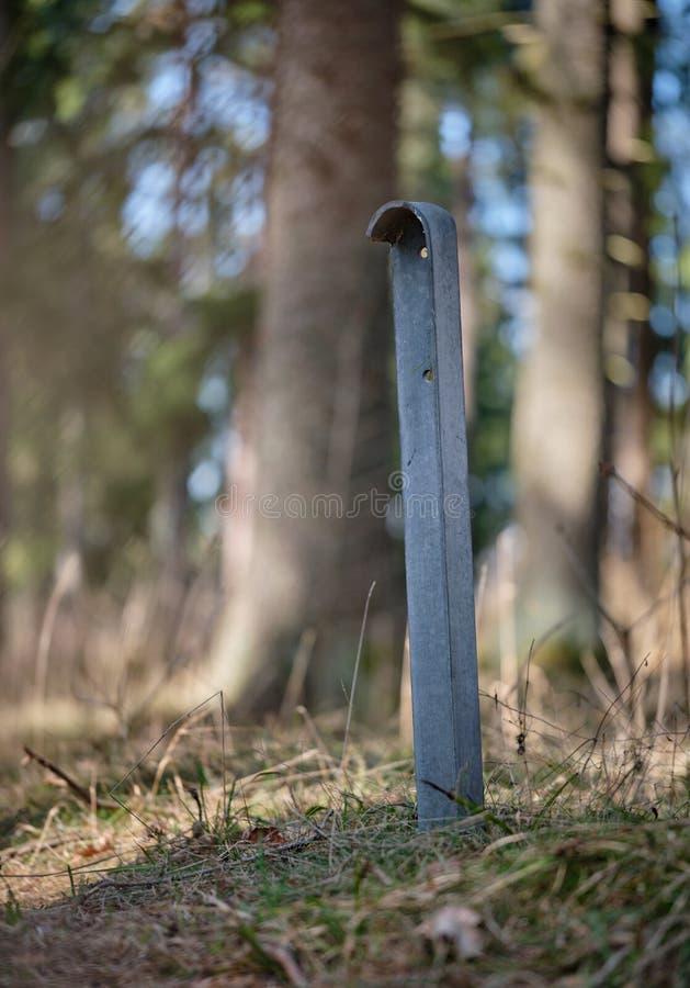 Vierkante metaalpool in het bos stock afbeeldingen