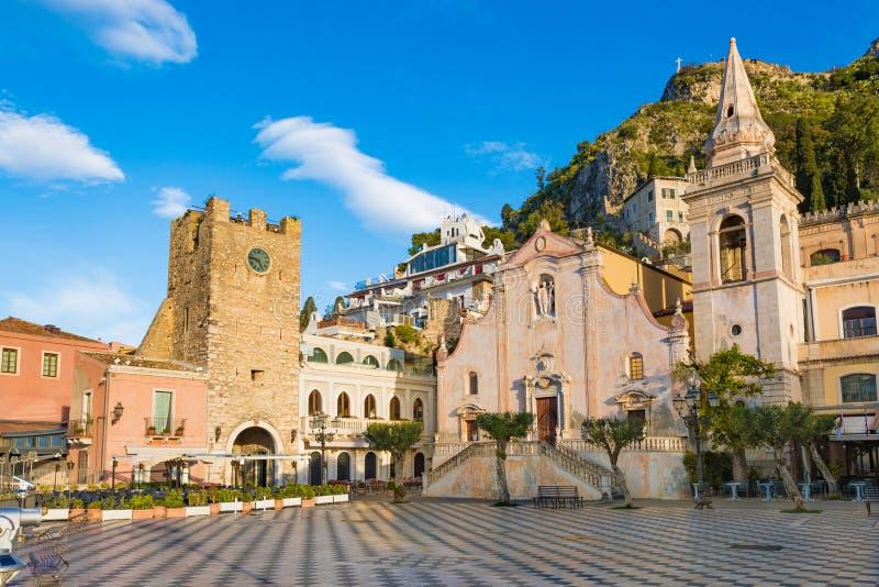 Vierkante Piazza IX Aprile met de kerk van San Giuseppe en Klokketoren in Taormina, Sicilië, Italië royalty-vrije stock foto