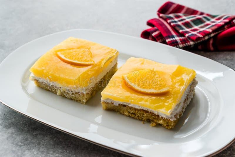 Vierkante Plak van Oranje Mascarpone Quark Cake royalty-vrije stock afbeeldingen