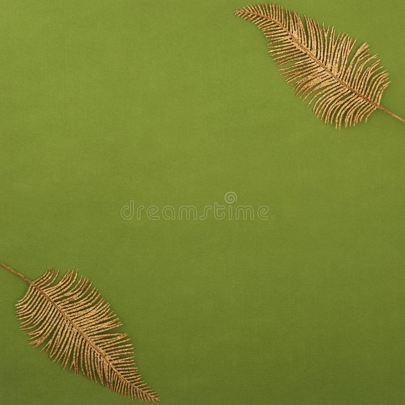 Vierkante textuur twee bladgouden of veren in de hogere linker en lagere juiste hoeken, iriserende lovertjes royalty-vrije stock foto's