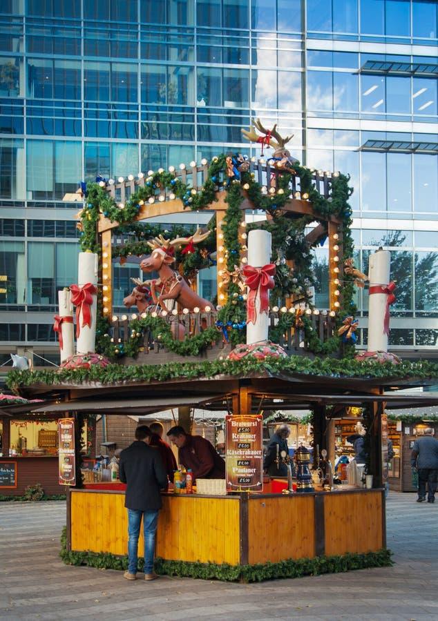 Vierkante, traditionele de pretmarkt van Canary Wharf, Londen stock afbeeldingen