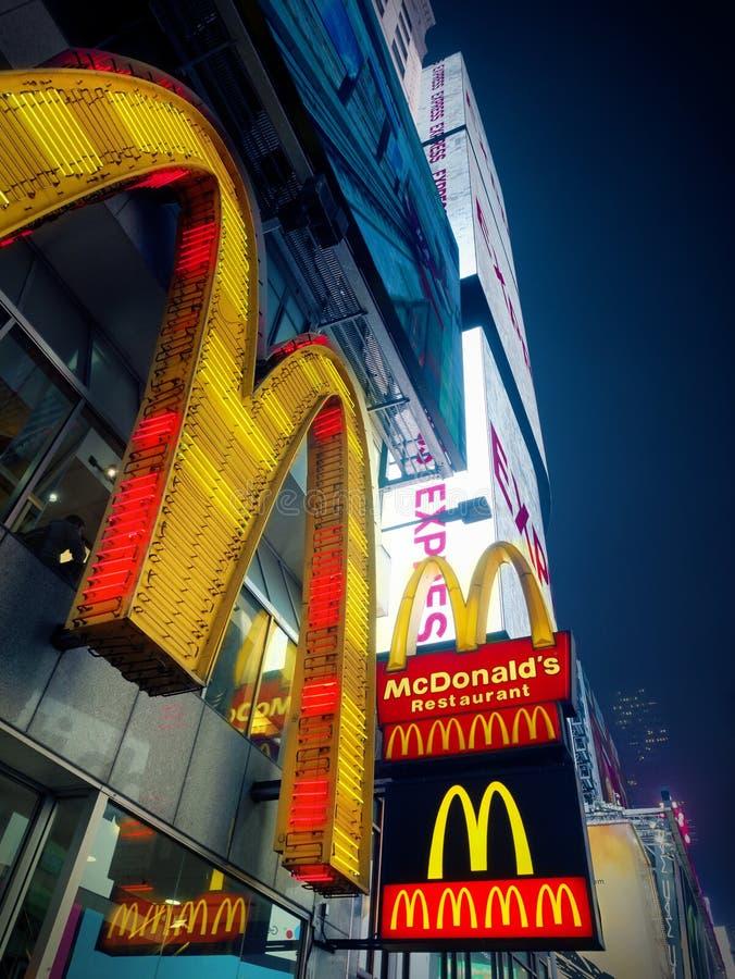 Vierkante uit het stadscentrum van Mac Donald Logo af en toe bij nacht stock afbeeldingen