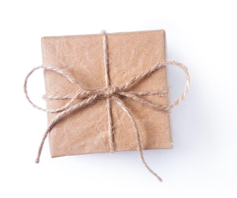 Vierkante uitstekende bruine giftdoos met geïsoleerde boog stock foto