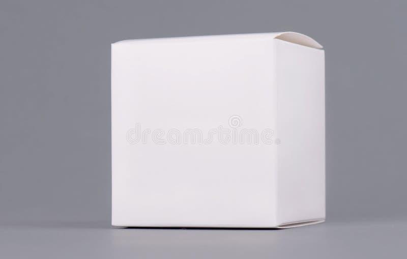 Vierkante witte de doosspot van het kartonproduct omhoog, zijaanzicht, het knippen weg Schone witte karton lege spot omhoog Geslo stock foto's