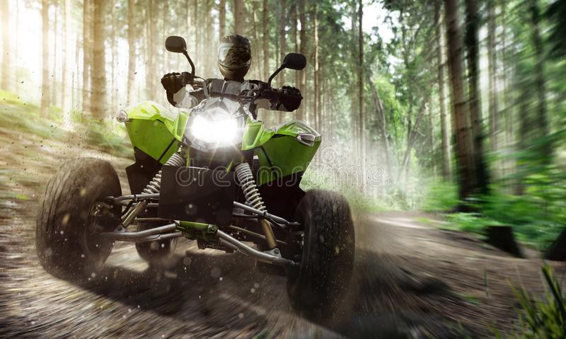 Vierling ATV bij volledige snelheid in de lucht stock foto's