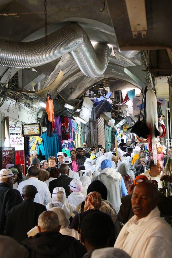 Viernes Santo de la marca de los cristianos en Jerusalén en una procesión a lo largo de Via Dolorosa imagen de archivo libre de regalías