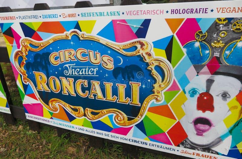 VIERSEN, ГЕРМАНИЯ - 27-ОЕ МАРТА 2019: Красочное знамя объявляет возникновение цирка Roncalli стоковые фото