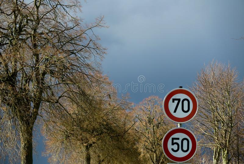 VIERSEN, ALEMANHA - céu escuro com a saraiva que carrega nuvens sobre a estrada secundária e as árvores desencapadas que anunciam imagem de stock