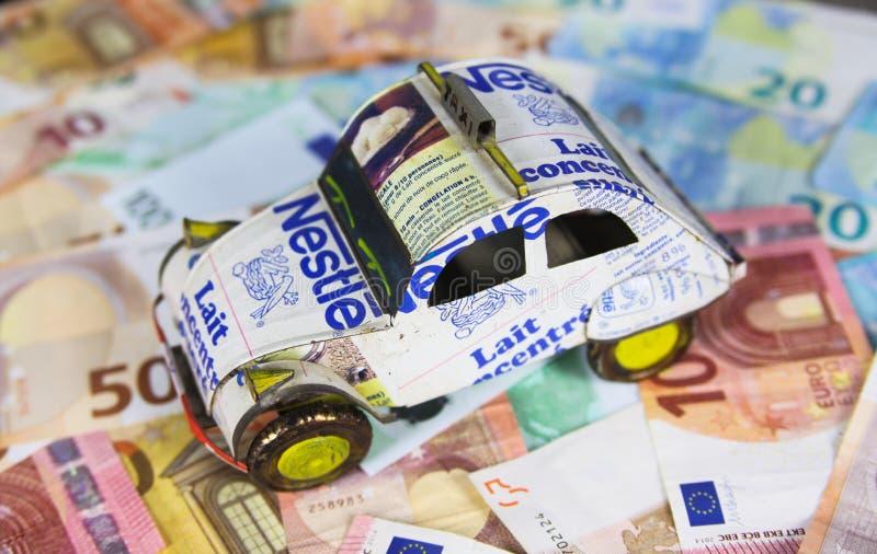 VIERSEN, ALEMANHA - 20 DE MAIO 2019: Conceito anual do custo do carro do veículo - modelo do carro feito de latas recicladas no b imagem de stock royalty free