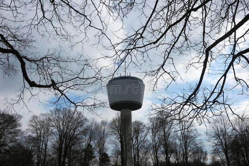 VIERSEN, ALEMANHA - 27 DE MARÇO 2019: Vista na torre de ponto alto de 55 medidores através dos ramos desencapados fotos de stock