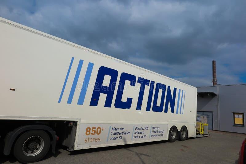VIERSEN, ALEMANHA - 27 DE MARÇO 2019: Vista no reboque do caminhão com logotipo azul da AÇÃO, um não-alimento-discounter internac fotografia de stock