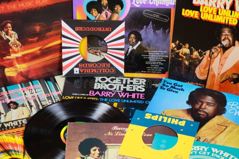 VIERSEN, ALEMANIA - 11 DE MARZO 2019: Opinión sobre la colección del disco de vinilo de Barry White fotos de archivo