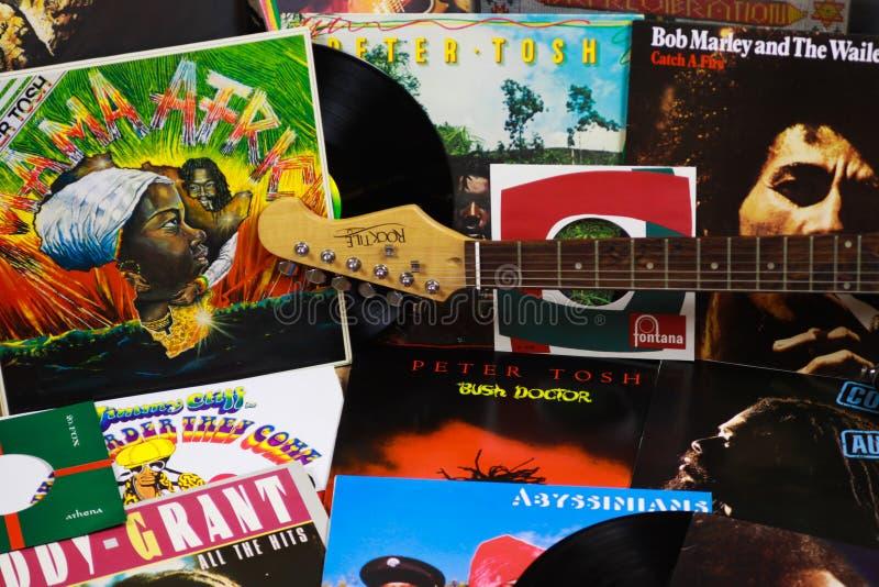 VIERSEN, ALEMANIA - 10 DE MARZO 2019: Opinión sobre la colección de discos de vinilo del reggae imágenes de archivo libres de regalías