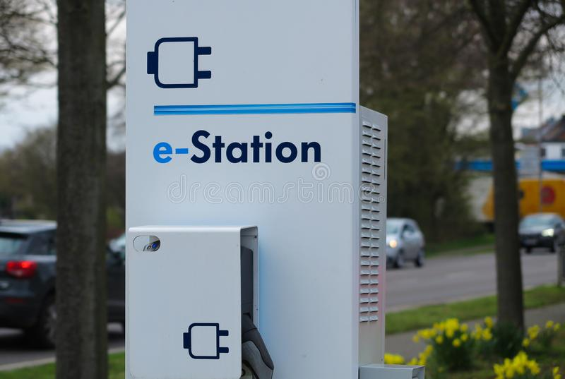 VIERSEN, ALLEMAGNE - 27 MARS 2019 : Fermez-vous de la station de charge pour les voitures électriques entourées par les tulipes j image libre de droits