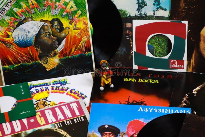 VIERSEN, DEUTSCHLAND - 10. MÄRZ 2019: Ansicht über Sammlung Reggaevinylaufzeichnungen stockfoto