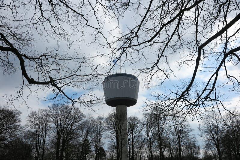 VIERSEN, DUITSLAND - MAART 27 2019: Weergeven op de toren van het 55 meterhoogwater door naakte takken stock foto's