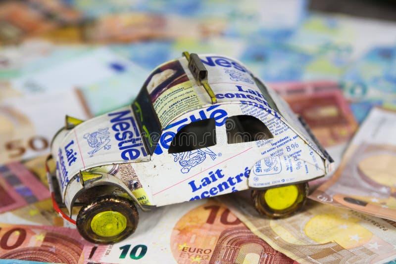 VIERSEN NIEMCY, MAJ, - 20 2019: Rocznego pojazdu kosztu samochodowy pojęcie - model robić przetwarzać puszki na Euro papierowego  zdjęcia stock