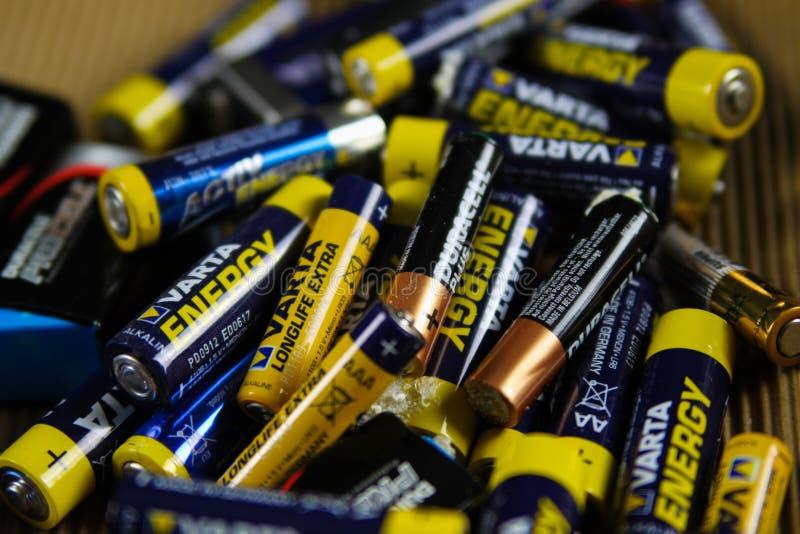 VIERSEN TYSKLAND - MARS 27 2019: Hög av tomma använda batterier som samlas för special avfalls arkivfoto