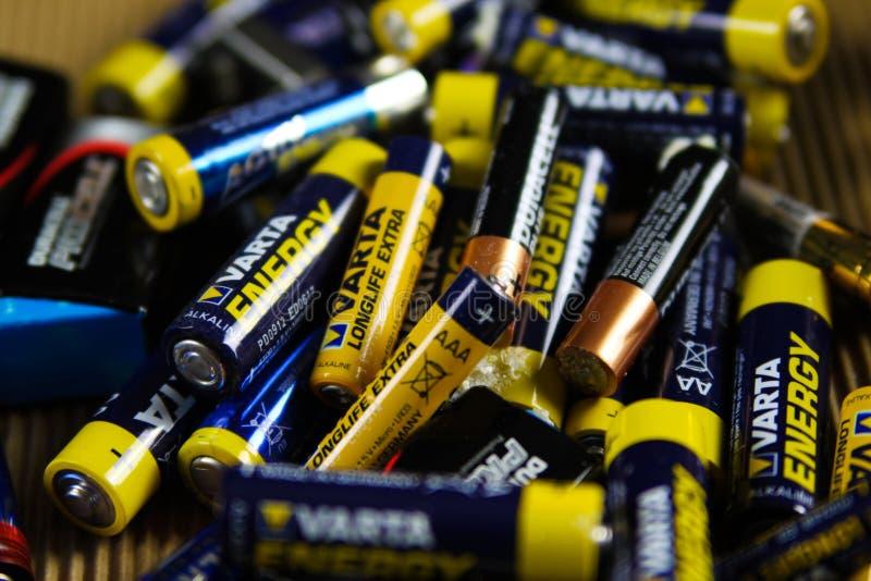 VIERSEN TYSKLAND - MARS 27 2019: Hög av tomma använda batterier som samlas för special avfalls royaltyfri fotografi